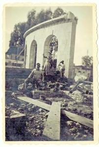 אליהו וולפו בעת בניית האנדרטה